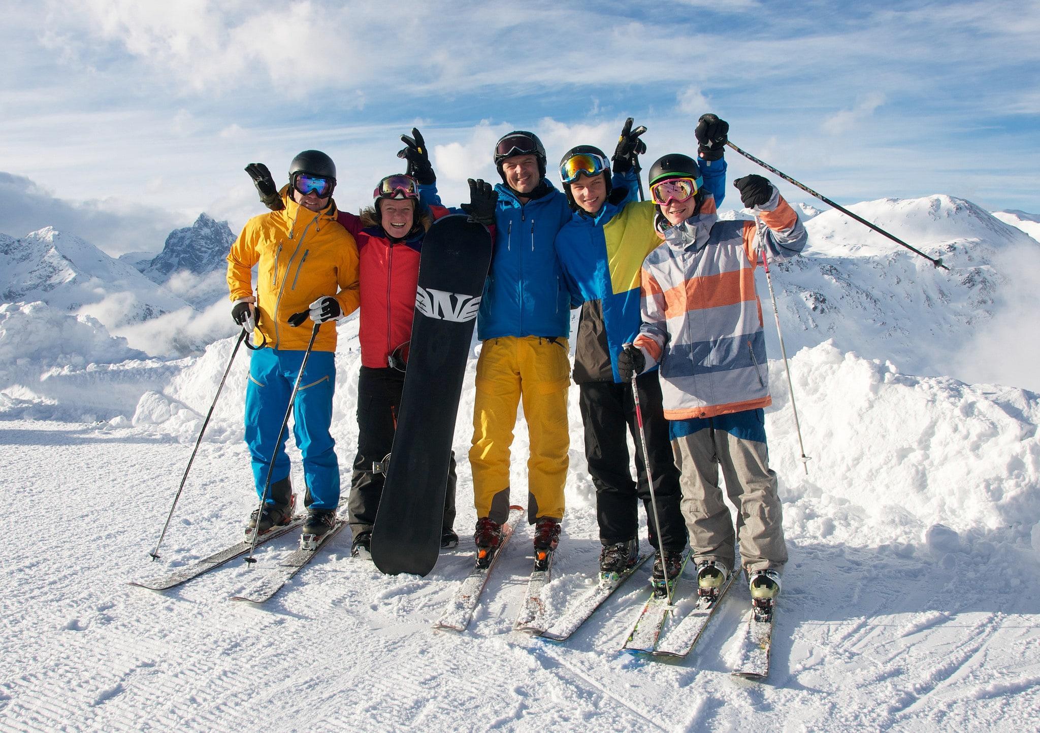 Glückliche Skifahrer beim Skikurs für Erwachsene - Alle Levels
