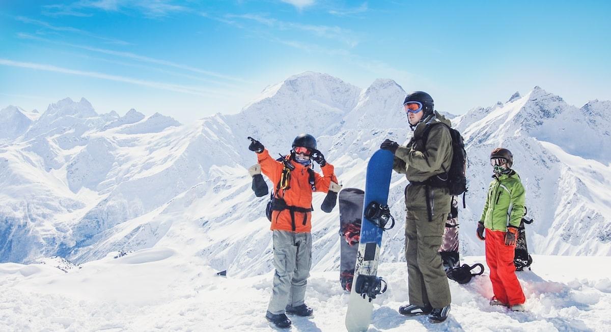 """Un snowboardeur indique la montagne pendant un cours particulier de snowboard """"journée"""" avec l'école de ski European Snowsports Chamonix."""
