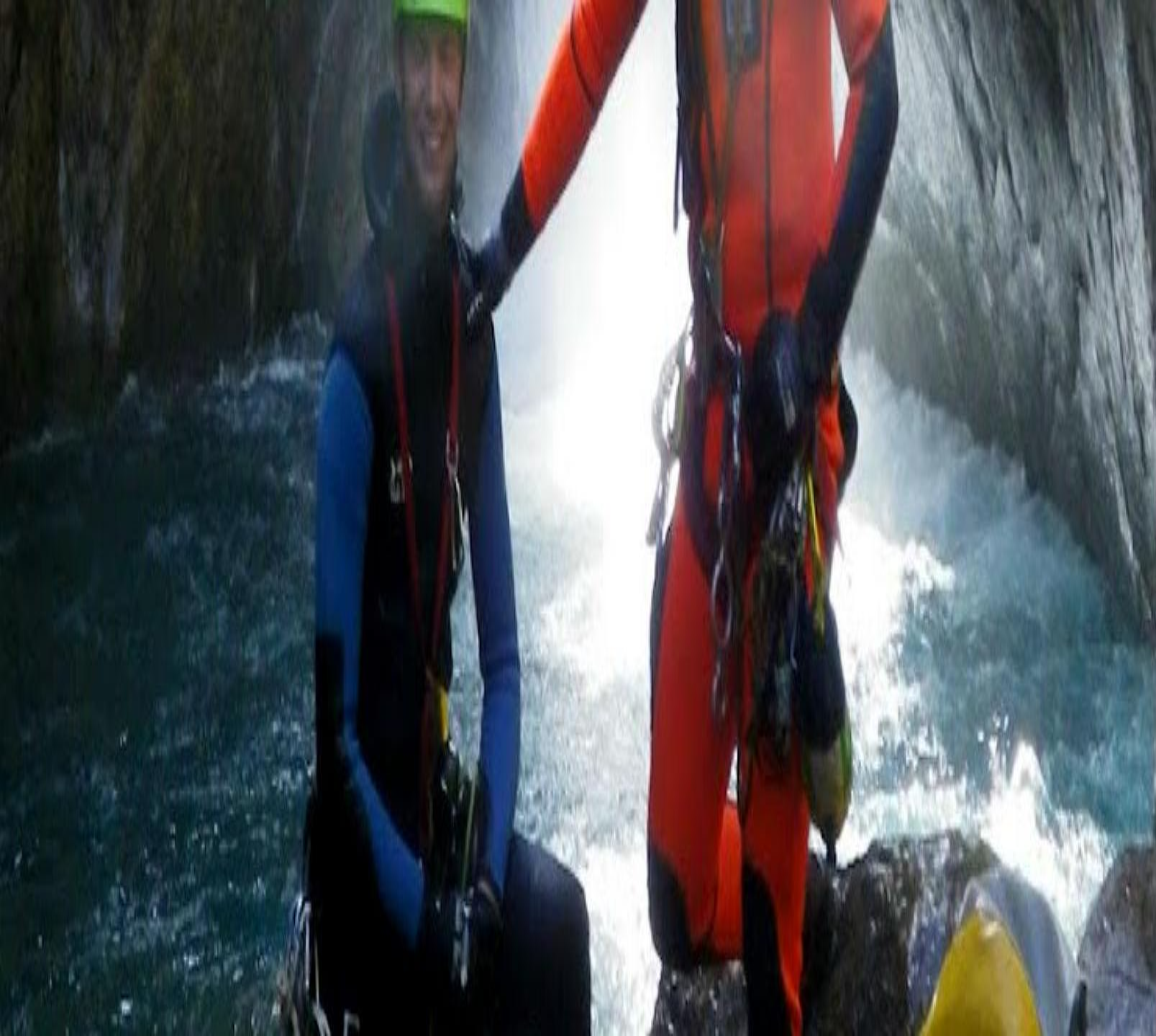 Deux hommes posant pour une photo pendant leur sortie canyoning