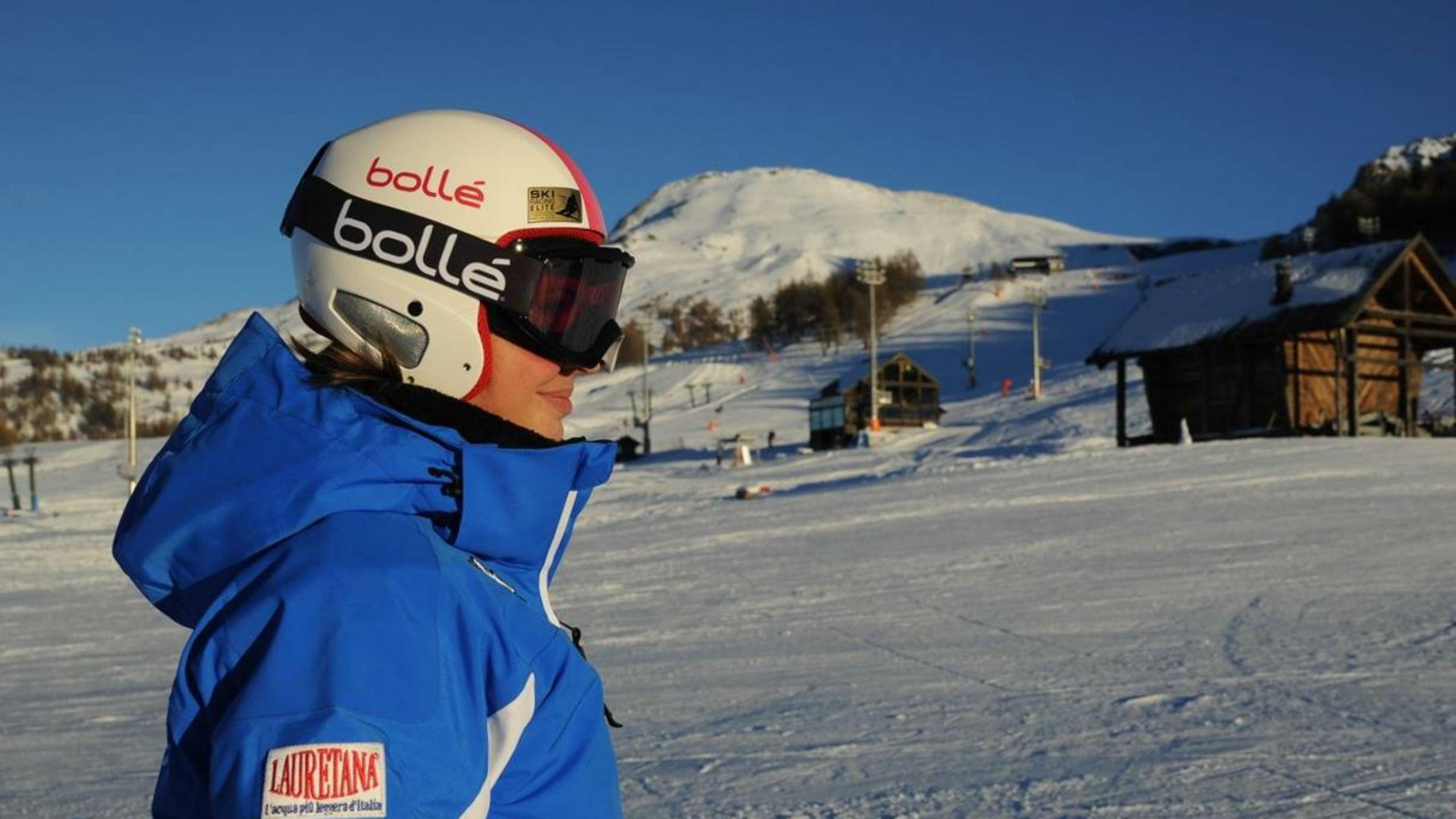 Una maestra di sci della Scuola di Sci Olimpionica a Sestriere è pronta a iniziare le lezioni di sci.