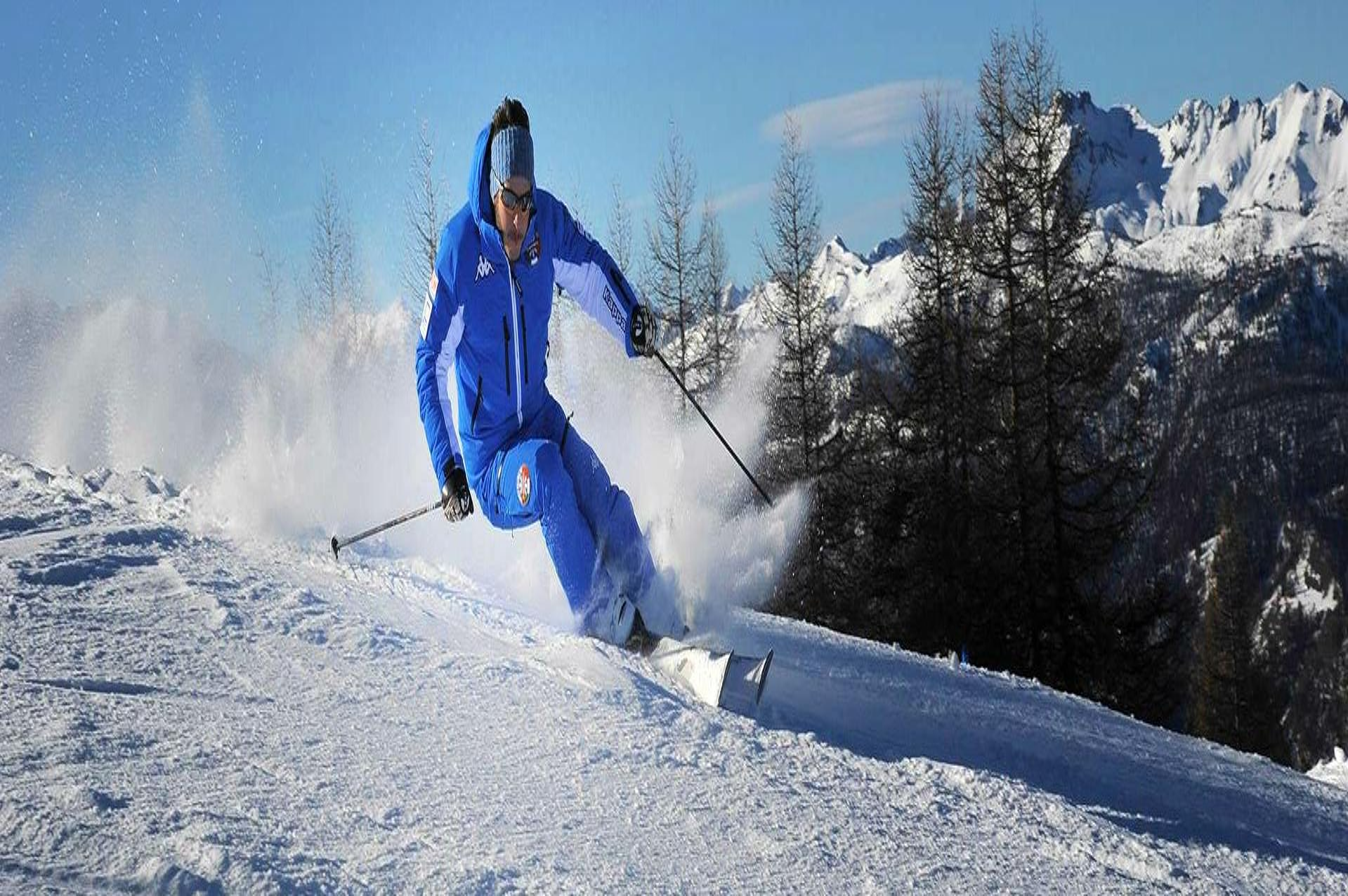 Un maestro della Scuola di Sci Olimpionica a Sestriere sta insegnando la giusta tecnica sciistica durante le Lezioni di sci per adulti - Principianti assoluti.
