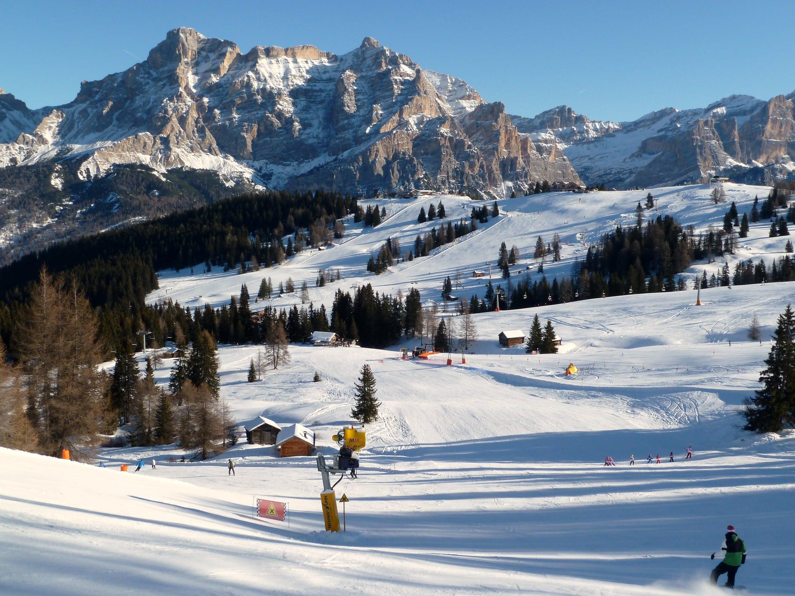 Vue sur un paysage de montagne ensoleillé lors d'un cours de ski avec l'une des écoles de ski à Corvara.