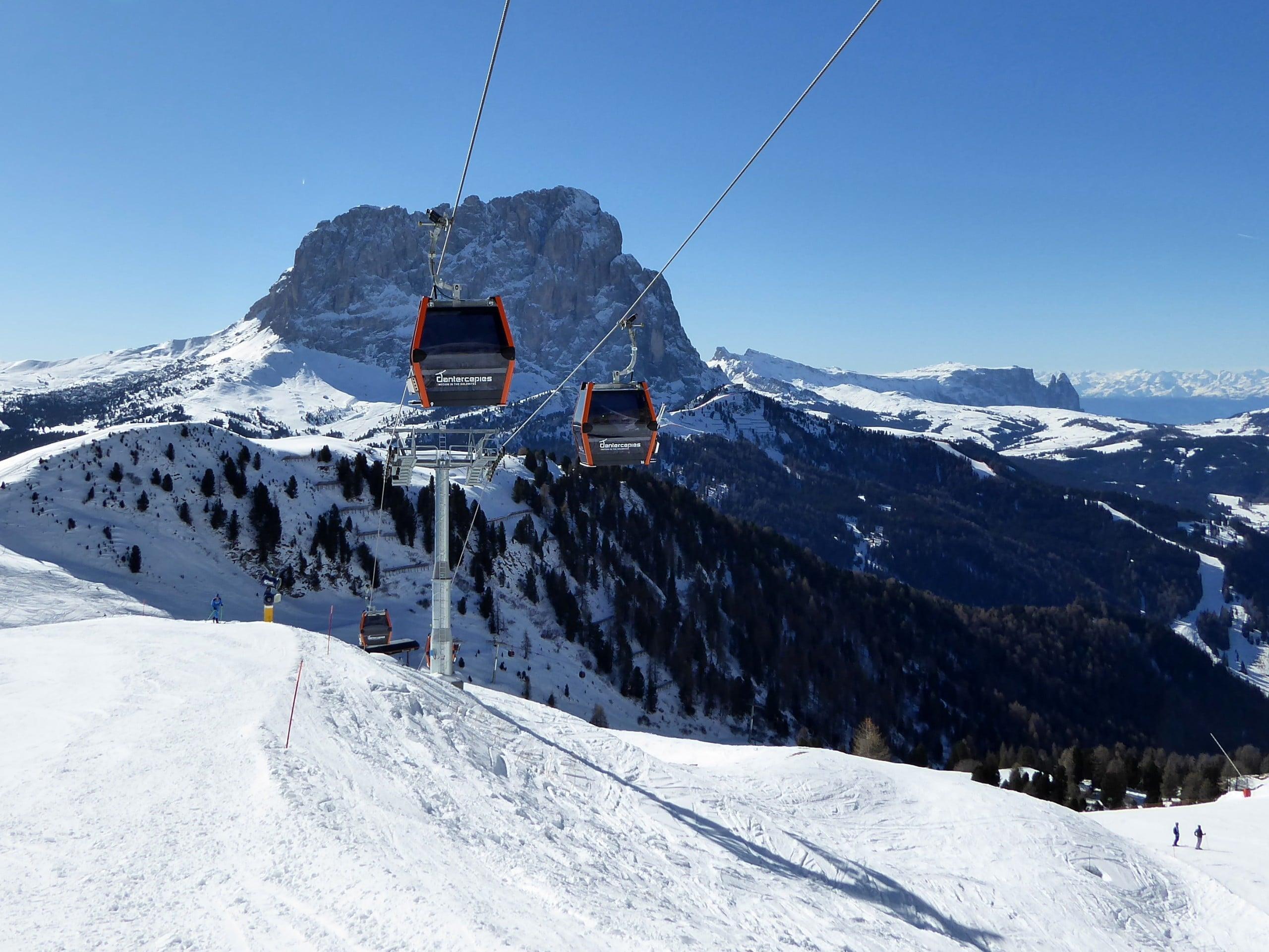 Vue sur un paysage de montagne ensoleillé lors d'un cours de ski avec l'une des écoles de ski à Selva di Val Gardena.