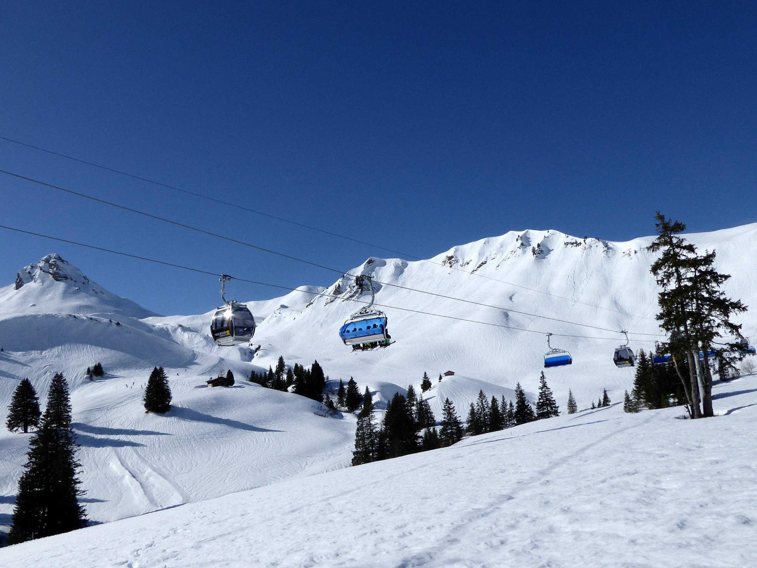 Ausblick auf die sonnige Berglandschaft beim Skifahren lernen mit den Skischulen in Adelboden.