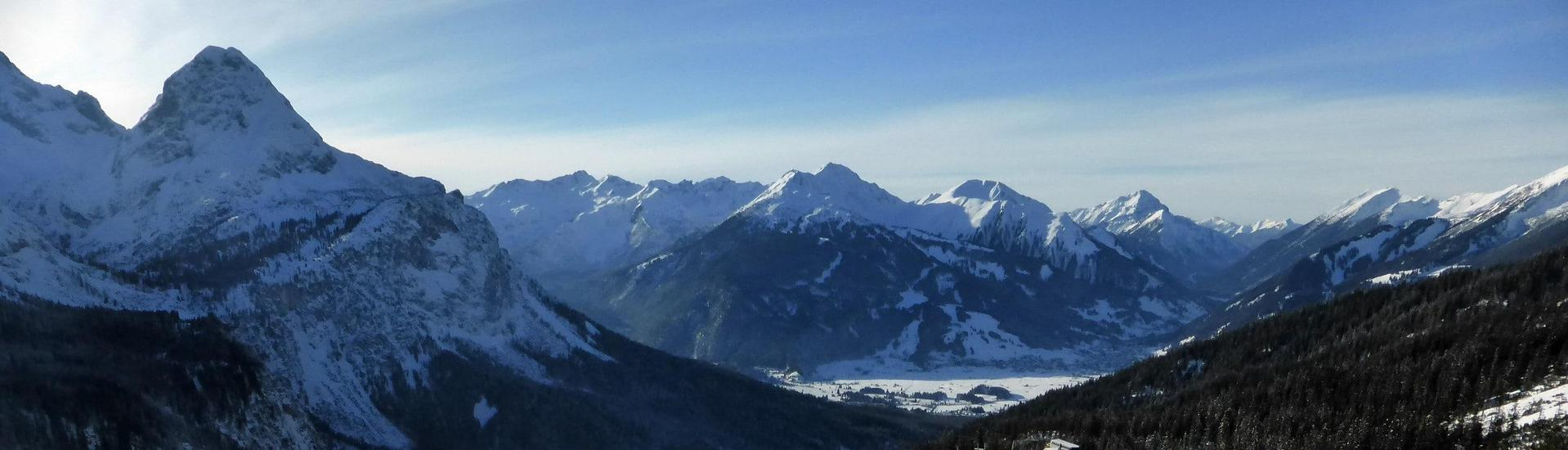 View over the sunny mountain landscape while learning to ski with the ski schools in Ehrwalder Alm.