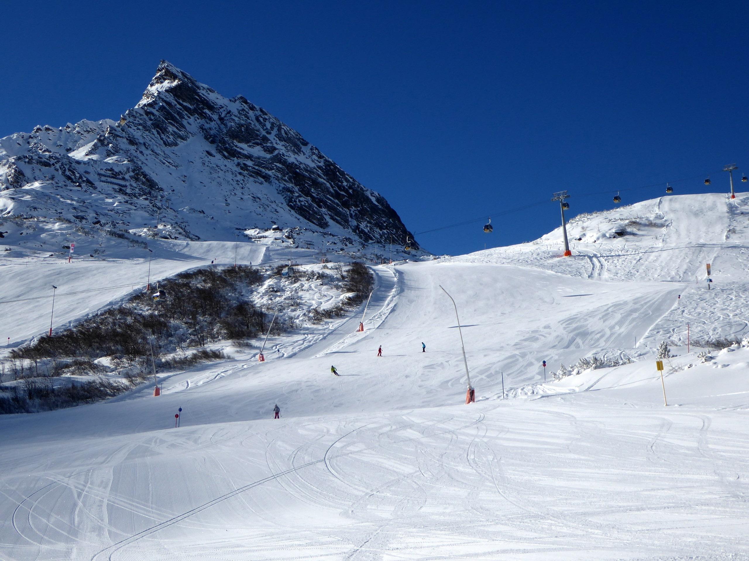 Ausblick auf die sonnige Berglandschaft beim Skifahren lernen mit den Skischulen in Galtür.