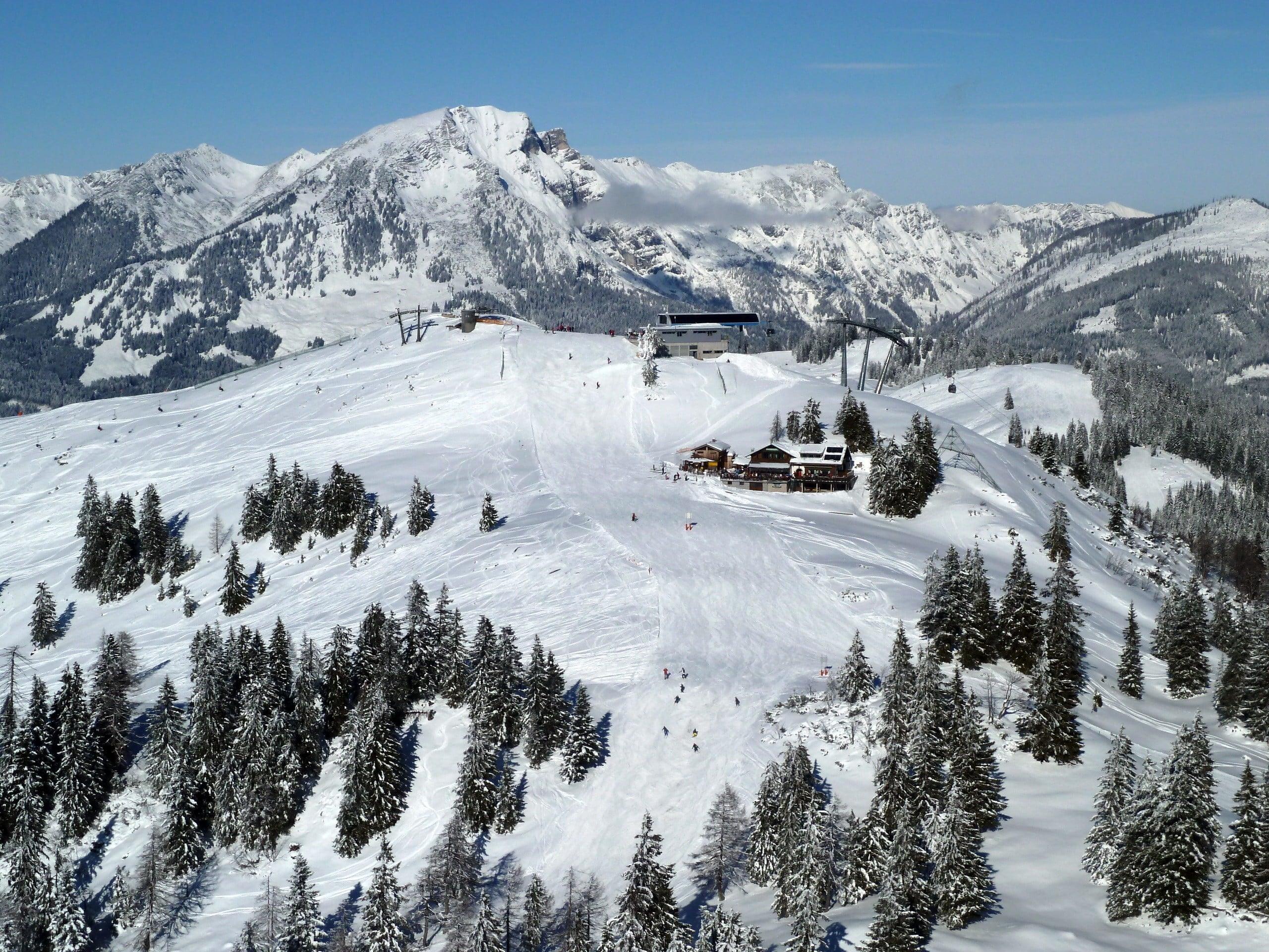 Vista del paesaggio montano soleggiato durante un corso di sci con scuole di sci a Gosau.