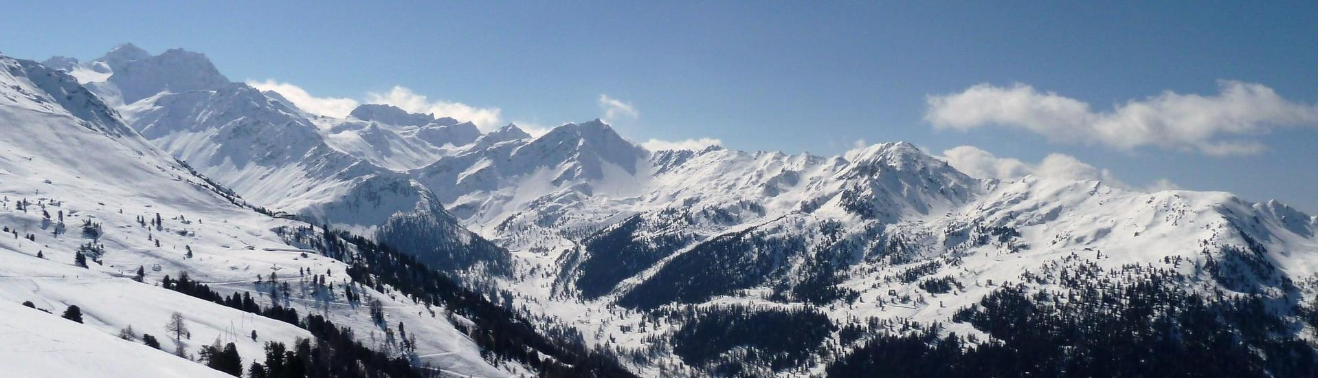 View over the sunny mountain landscape while learning to ski with the ski schools in Nendaz.