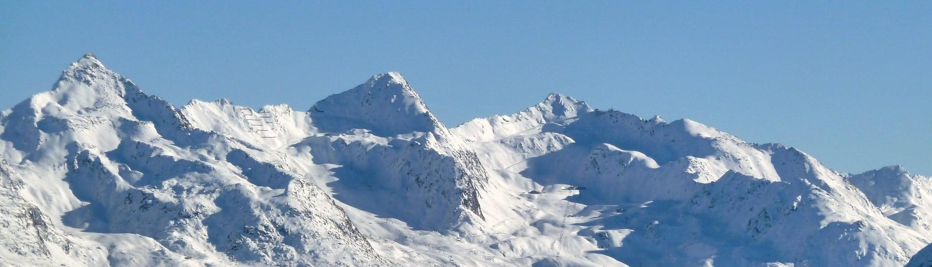 View over the sunny mountain landscape while learning to ski with the ski schools in Obergurgl-Hochgurgl.