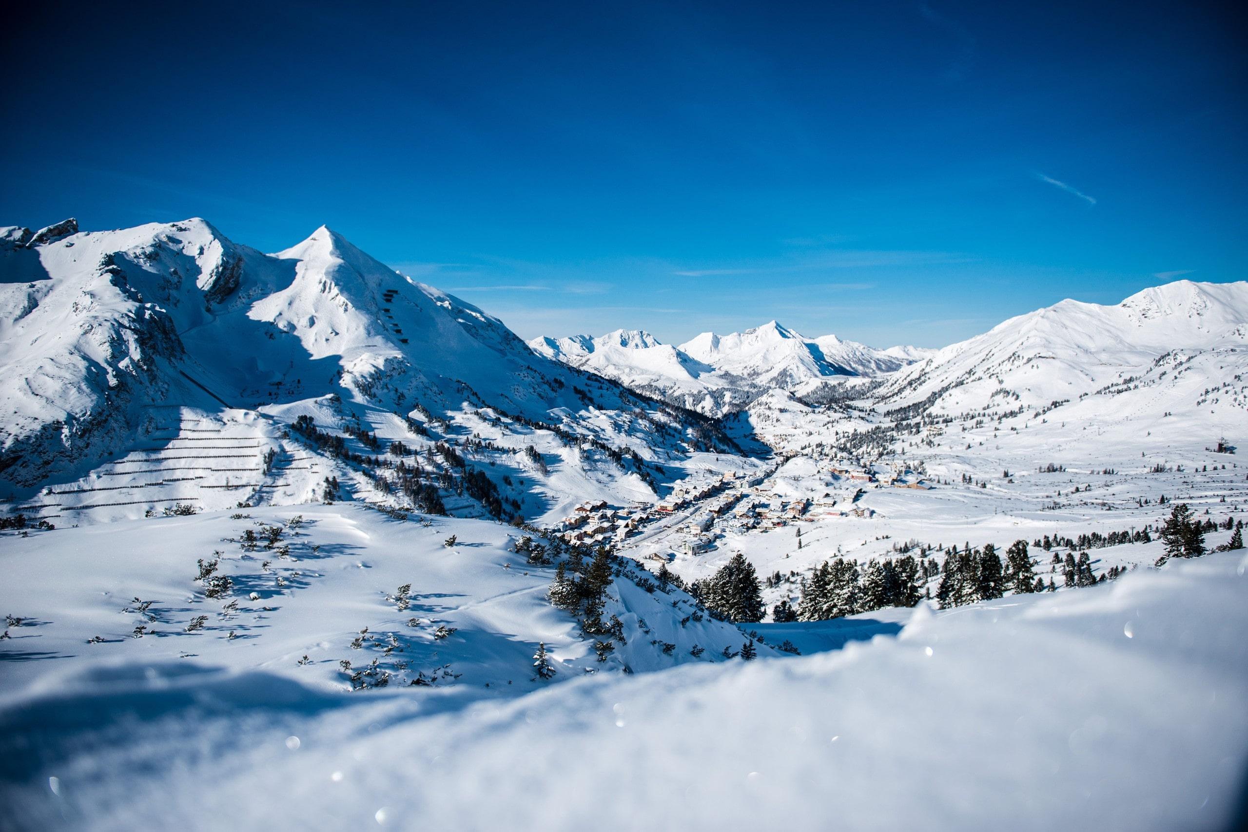 Vue sur un paysage de montagne ensoleillé lors d'un cours de ski avec l'une des écoles de ski de la station de ski Obertauern.
