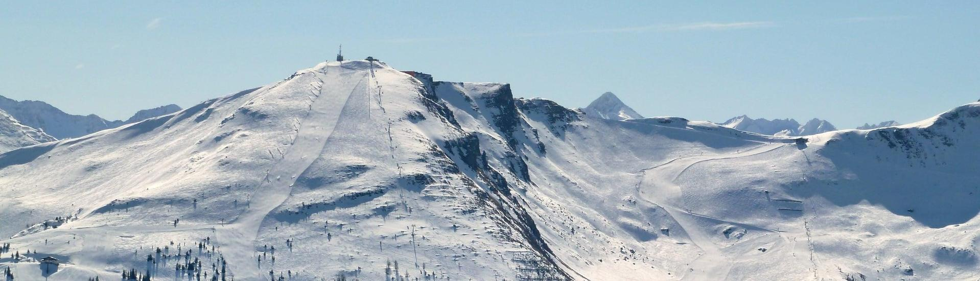 View over the sunny mountain landscape while learning to ski with the ski schools in Bad Gastein.