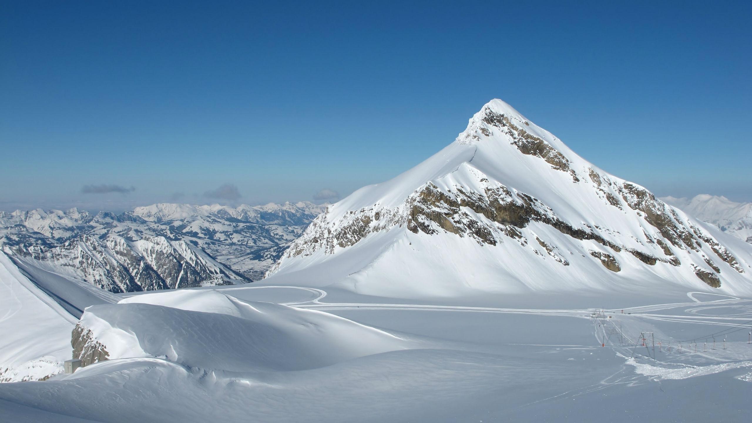 Ausblick über die schneebedeckten Bergspitzen des Skigebiets Les Diablerets, wo die örtlichen Skischulen ihre Skikurse ausführen.